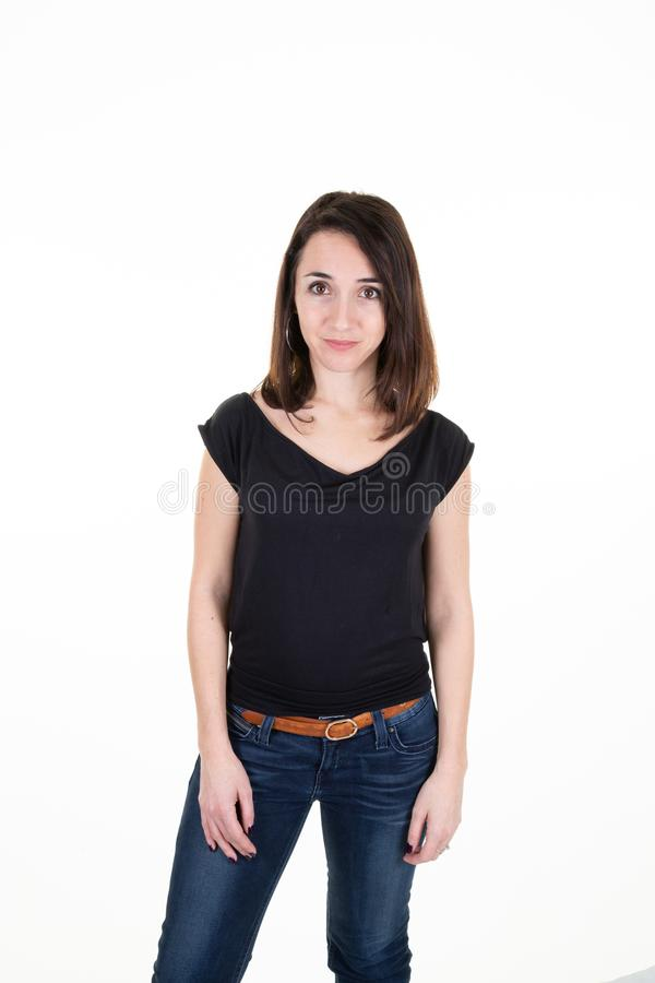 Retrato de uma linda menina europeia de cabelo comprido vestindo camisa preta casual e jeans sobre fundo branco fotografia de stock