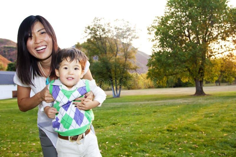 Retrato de uma matriz asiática bonita e de seu filho imagens de stock