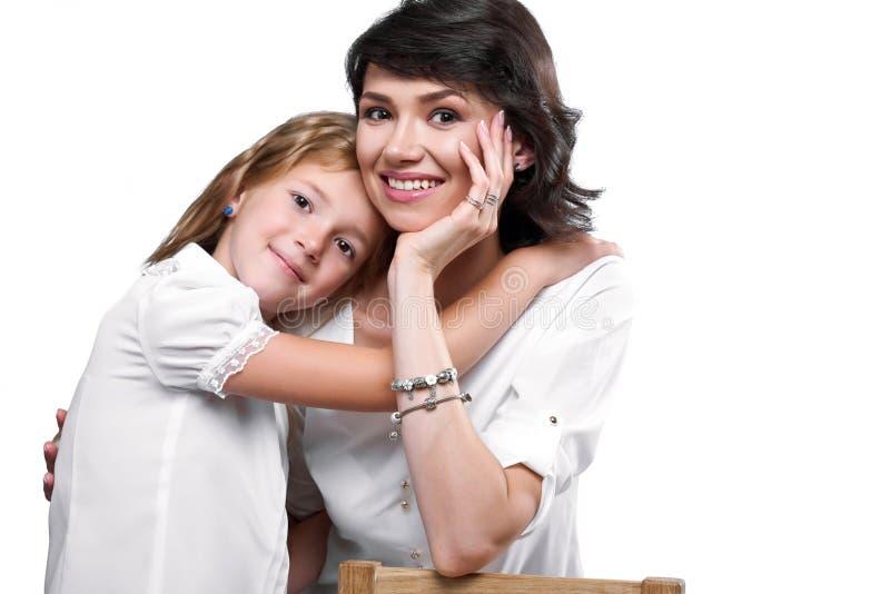 Retrato de uma matriz e de uma filha felizes fotos de stock