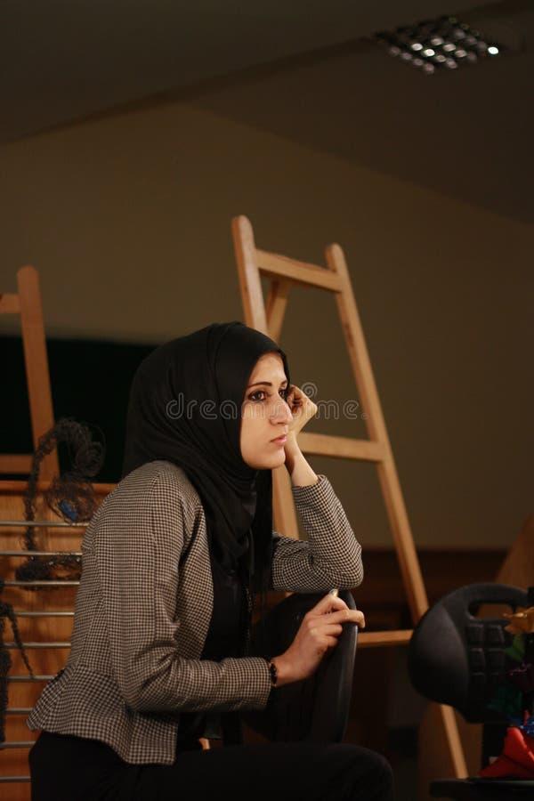 Retrato de uma menina árabe bonita no levantamento do véu fotografia de stock royalty free