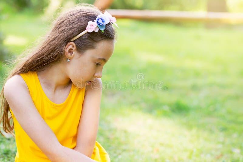 Retrato de uma menina adolescente bonita triste que sonha fora lugar foto de stock
