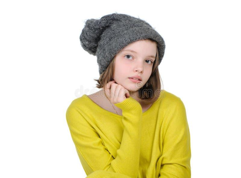 Retrato de uma menina adolescente bonito em um chapéu feito malha morno e em um brilhante imagem de stock