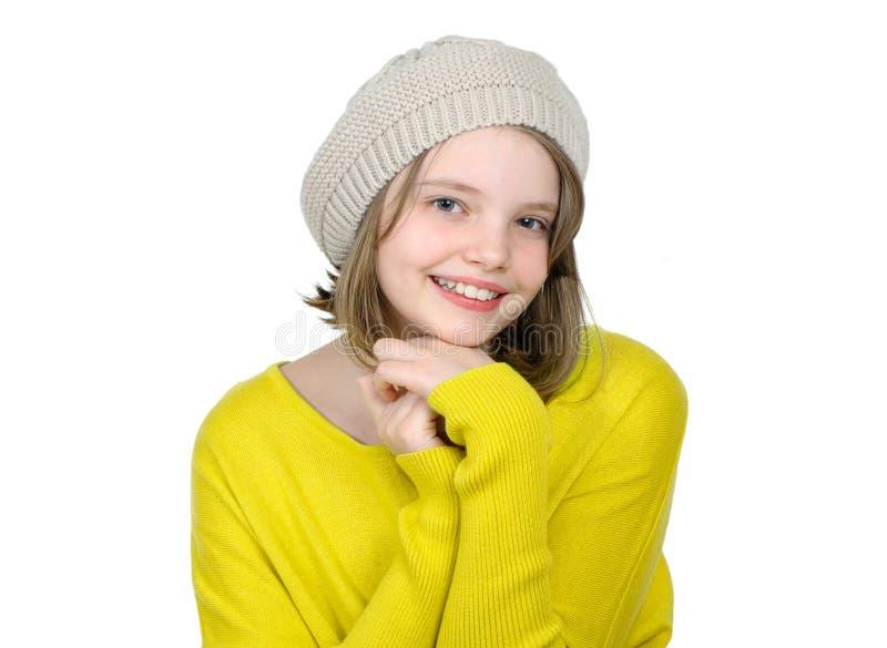 Retrato de uma menina adolescente bonito em uma camiseta amarela e em um c feito malha fotografia de stock