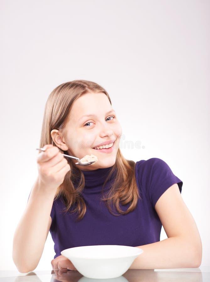 Retrato de uma menina adolescente com colher fotografia de stock