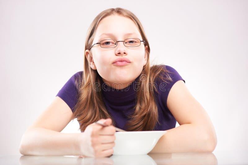 Retrato de uma menina adolescente com prato fotografia de stock royalty free