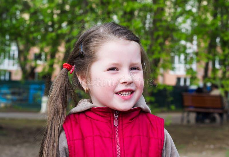 Retrato de uma menina alegre imagens de stock royalty free