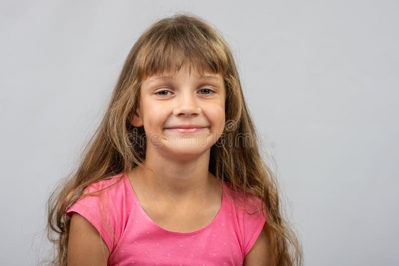 Retrato de uma menina alegre dos europeus da criança de oito anos bonita imagens de stock