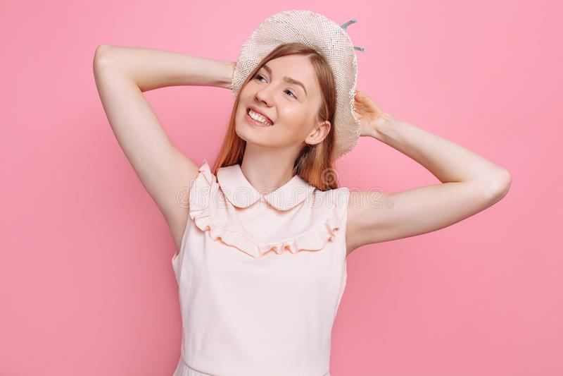 Retrato de uma menina alegre no chapéu do verão, isolado fotografia de stock