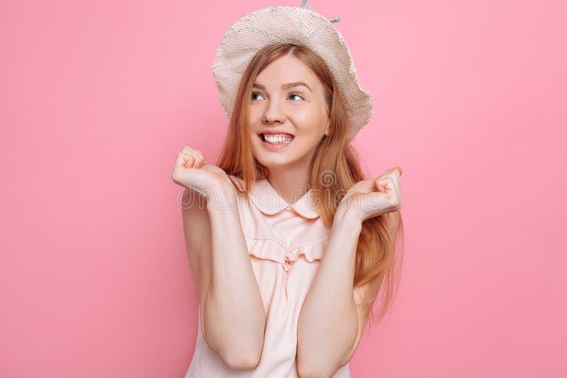 Retrato de uma menina alegre no chapéu do verão que aprecia próximos férias foto de stock