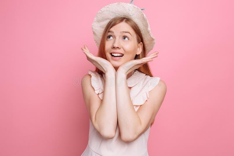 Retrato de uma menina alegre no chapéu do verão que aprecia próximos férias fotografia de stock royalty free
