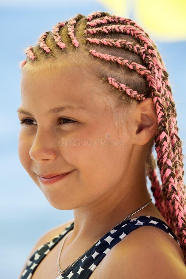 Retrato de uma menina de 12 anos banida com rabo africano, vista de perto fotografia de stock