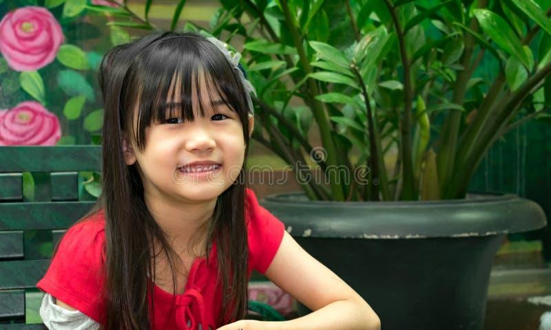 Retrato de uma menina asiática nova brilhante e saudável exterior imagem de stock