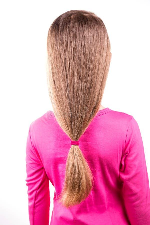Retrato de uma menina bonita com cabelo longo. Conceito dos cuidados capilares. fotografia de stock royalty free