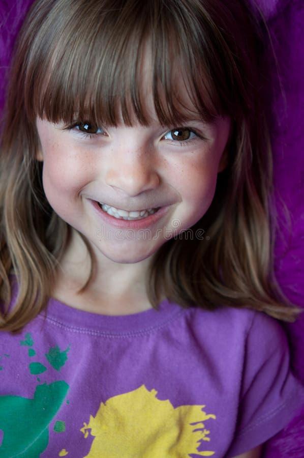 Retrato de uma menina bonita com smil brilhante imagens de stock