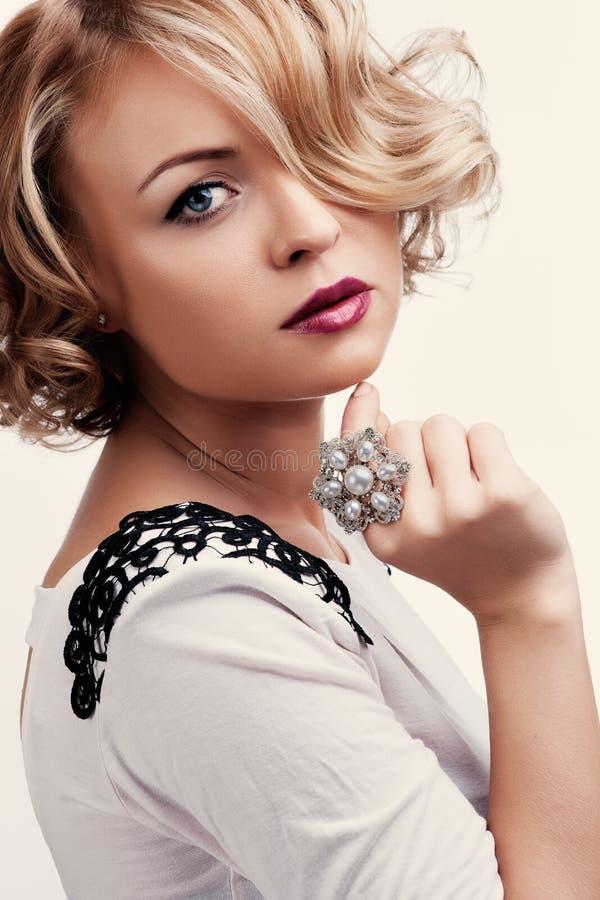 Retrato de uma menina bonita com um anel da pérola foto de stock