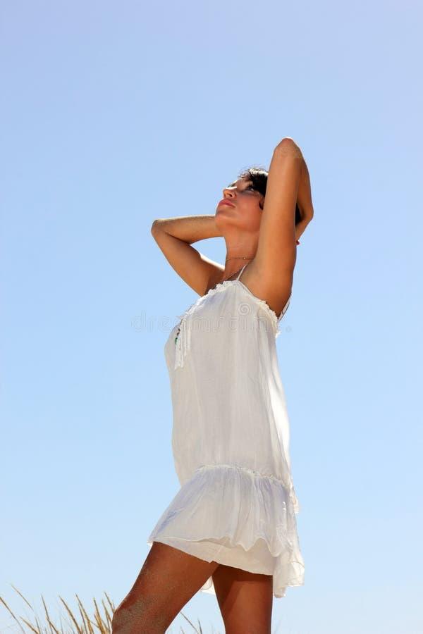 Download Menina Bonita Com Vestido Branco Foto de Stock - Imagem de outdoor, consideravelmente: 29831192