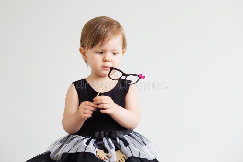 Retrato de uma menina bonita com vidros do papel engraçado fotos de stock