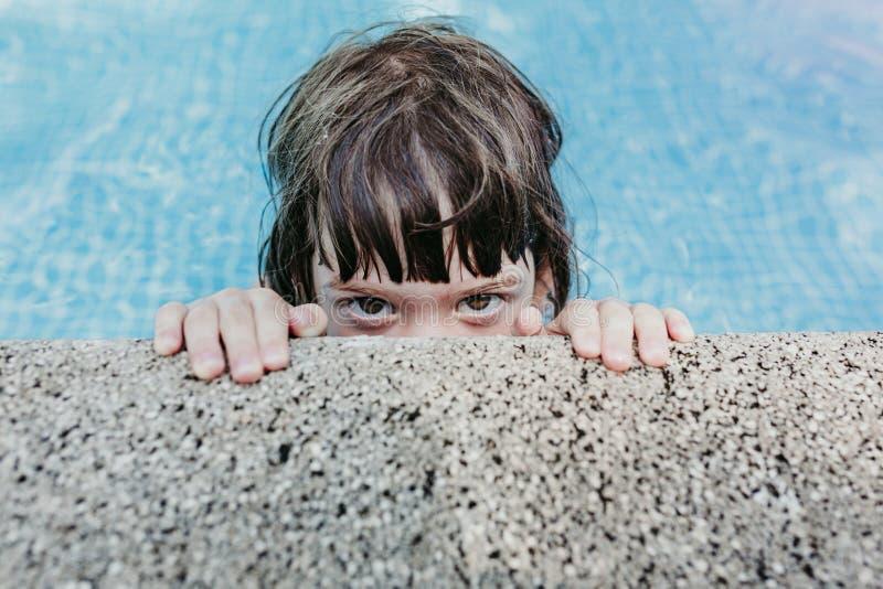 Retrato de uma menina bonita da criança em uma associação Sorriso Estilo de vida do divertimento e do verão fotos de stock royalty free