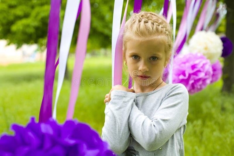 Retrato de uma menina bonita de cinco anos no parque do verão fotos de stock