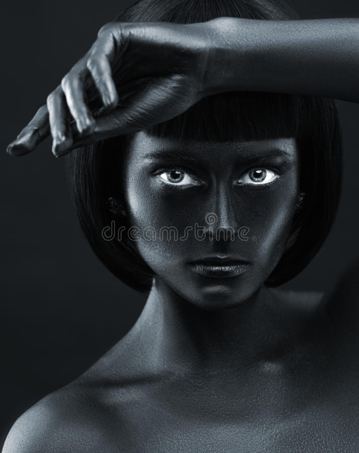 Retrato de uma menina bonita de pele escura imagem de stock