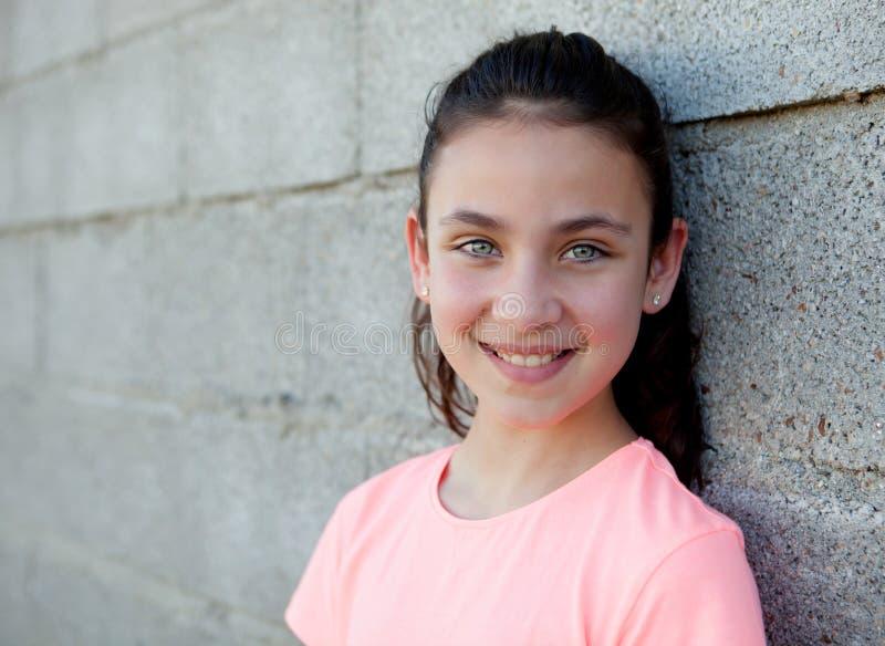 Retrato de uma menina bonita do preteen com olhos azuis imagens de stock royalty free