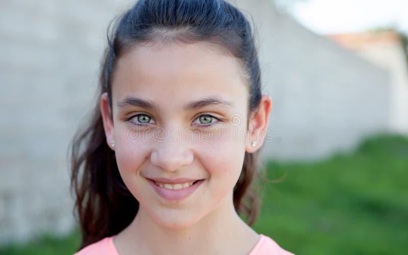 Retrato de uma menina bonita do preteen com olhos azuis fotos de stock royalty free