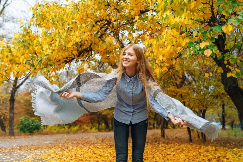Retrato de uma menina bonita, doce, alegre que ande no parque na estação do outono imagens de stock