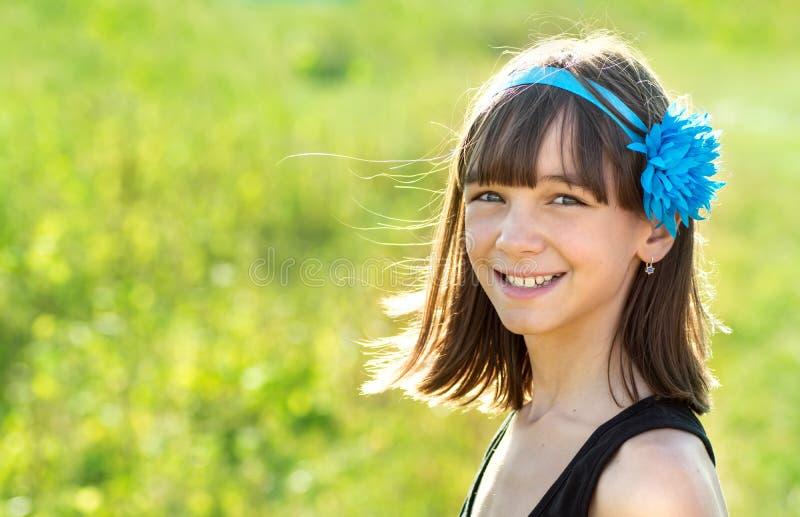 Retrato de uma menina bonita e feliz fora no verão, fotos de stock