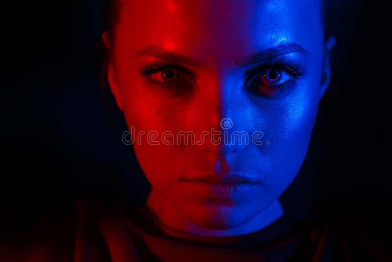 Retrato de uma menina bonita em duas cores foto de stock royalty free
