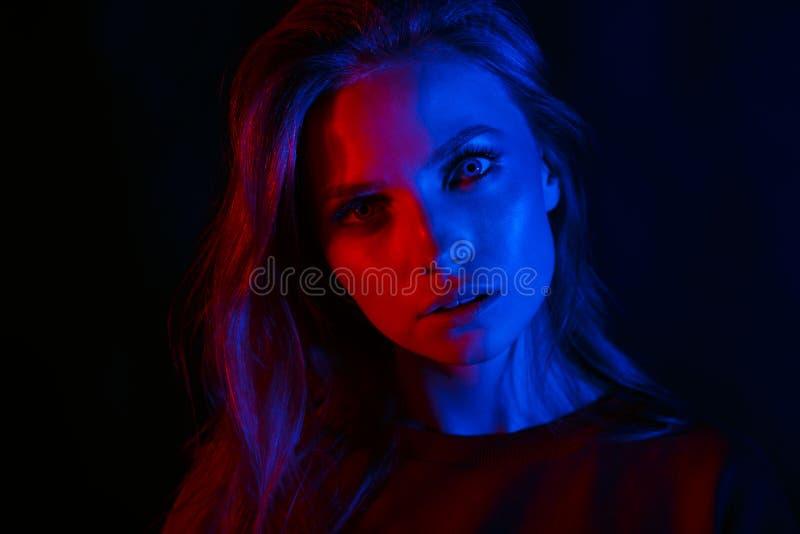 Retrato de uma menina bonita em duas cores imagem de stock