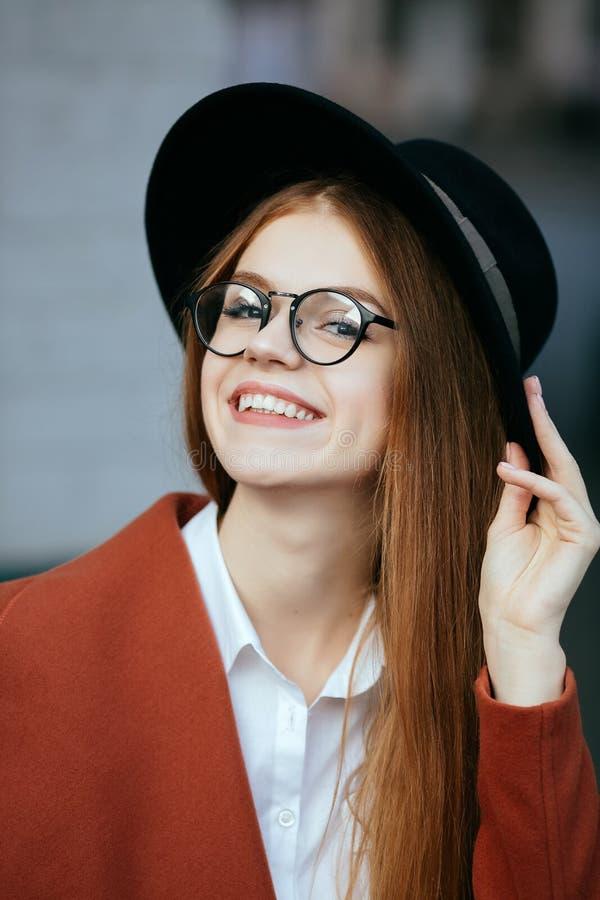 Retrato de uma menina bonita em um chapéu e em um revestimento fotos de stock royalty free