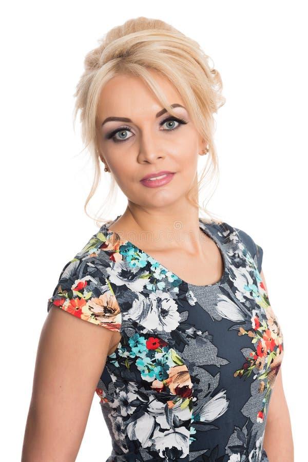 Retrato de uma menina bonita em um vestido florescido imagem de stock