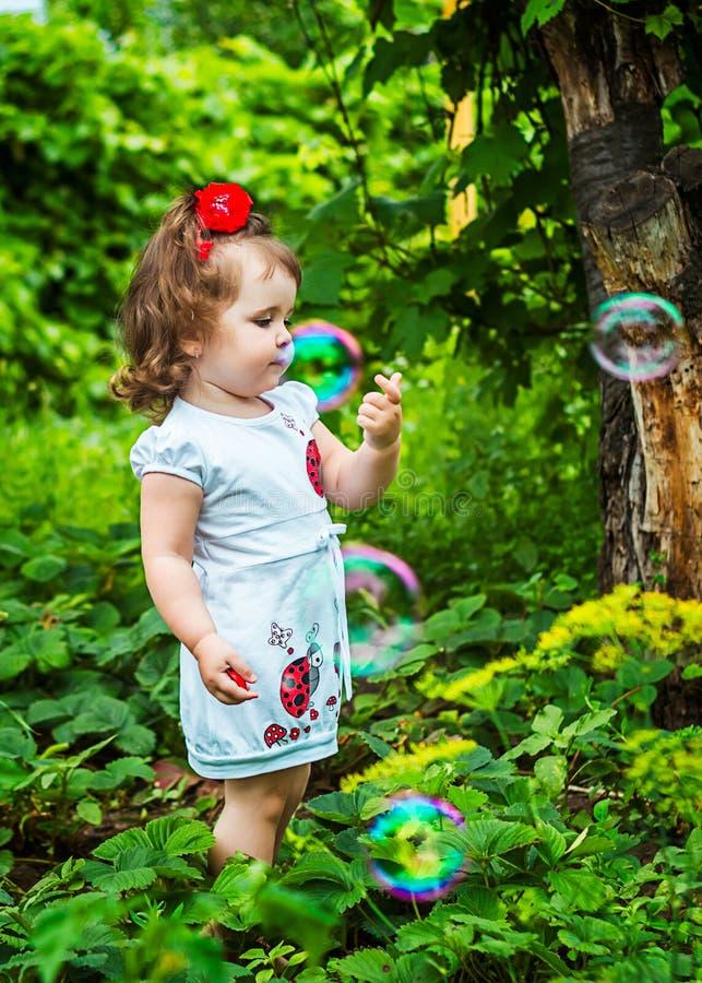 Retrato de uma menina bonita entre as flores imagem de stock royalty free