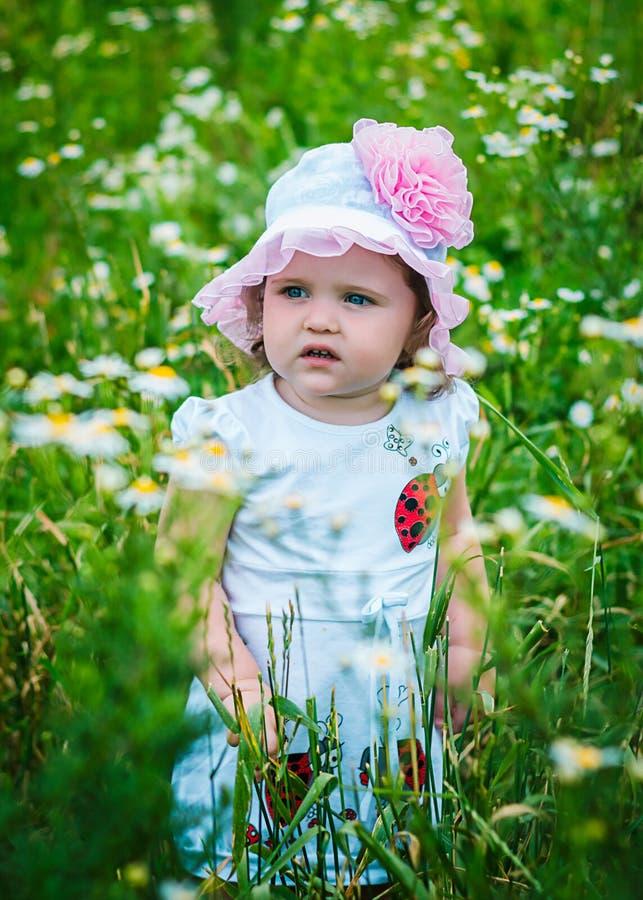 Retrato de uma menina bonita entre as flores imagem de stock