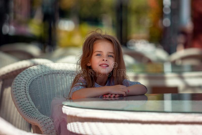 Retrato de uma menina bonita fora Close up feliz da criança imagens de stock royalty free