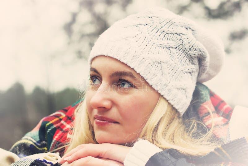 Retrato de uma menina bonita fora no chapéu e na manta imagens de stock