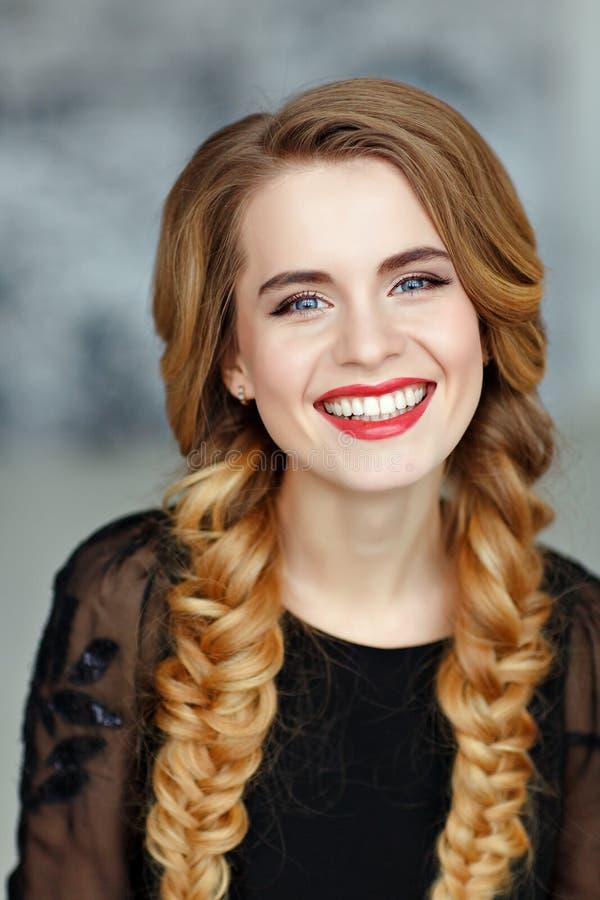 Retrato de uma menina bonita glamoroso com composição brilhante no bla imagens de stock