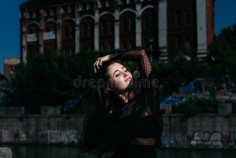 Retrato de uma menina bonita na rua na ponte perto do rio sexuality imagem de stock