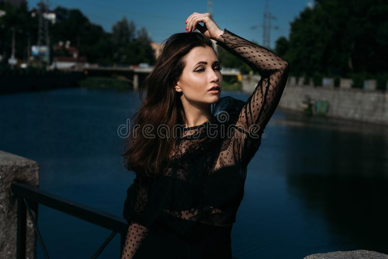 Retrato de uma menina bonita na rua na ponte perto do rio sexuality fotos de stock royalty free