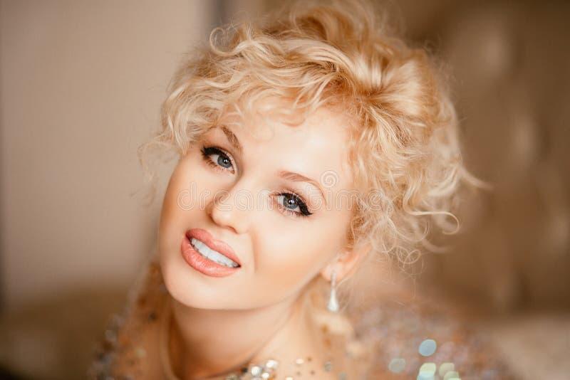 Retrato de uma menina bonita no vestido brilhante imagem de stock