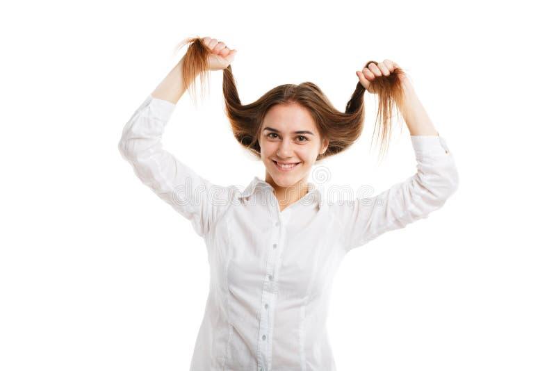 Retrato de uma menina bonita nova com cabelo de fluxo Isolado no fundo branco imagem de stock royalty free