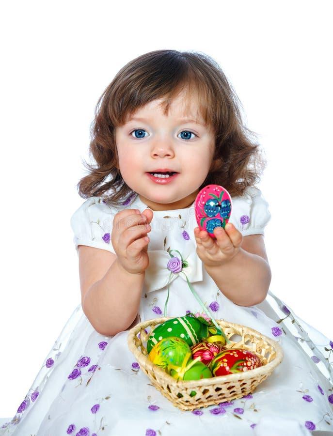 Retrato de uma menina bonita que guarda ovos da páscoa em um whi foto de stock royalty free