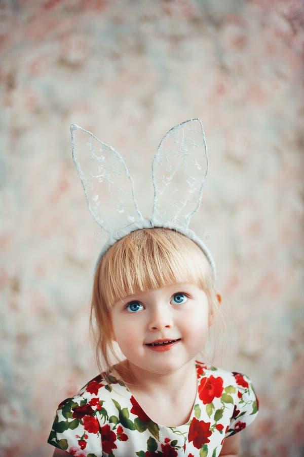 Retrato de uma menina bonito com orelhas do coelho fotos de stock royalty free
