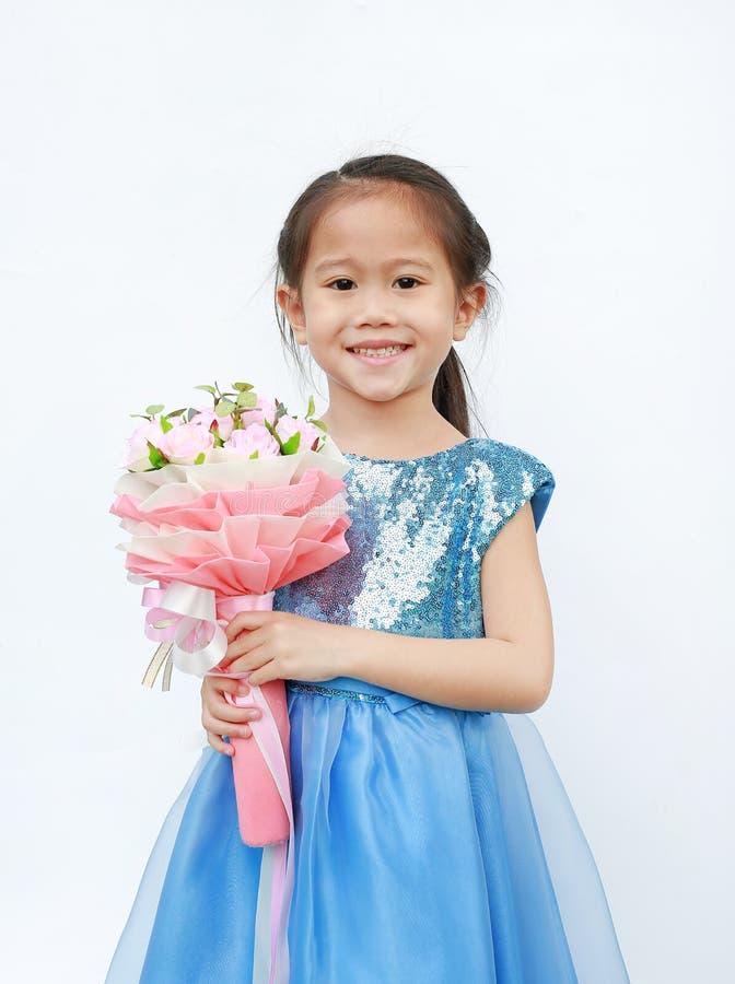 Retrato de uma menina bonito da criança pequena com o ramalhete das rosas isoladas no fundo branco foto de stock royalty free