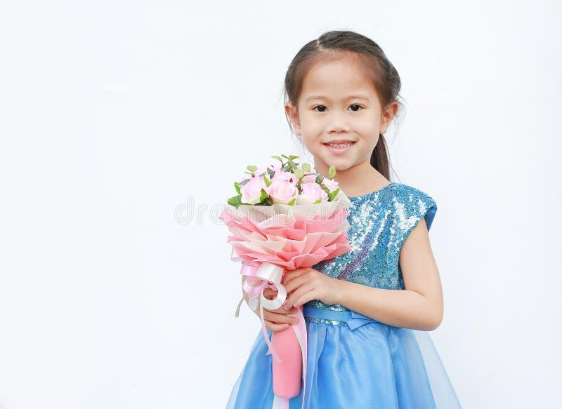 Retrato de uma menina bonito da crian?a pequena com o ramalhete das rosas isoladas no fundo branco imagens de stock