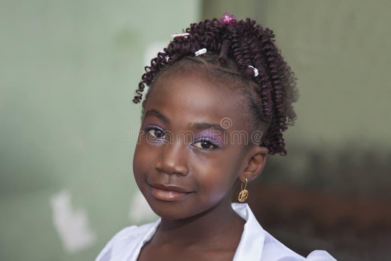 Retrato de uma menina bonito em um vestido de casamento exterior imagem de stock royalty free