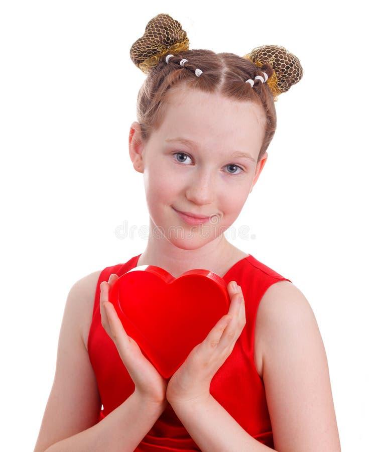 Retrato de uma menina bonito feliz da criança em um vestido vermelho imagens de stock
