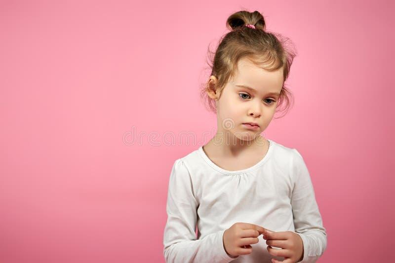 Retrato de uma menina bonito na saia do tule em um fundo cor-de-rosa fotografia de stock
