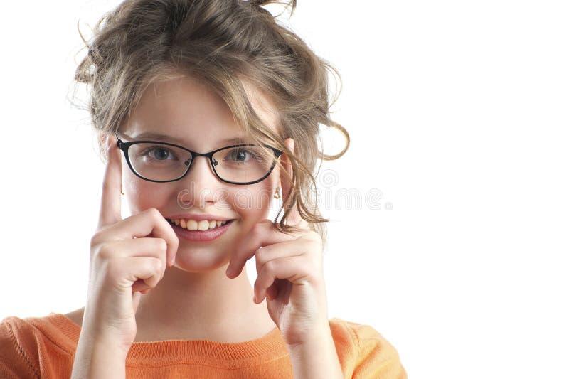 Retrato de uma menina bonito nos vidros para a visão fotografia de stock royalty free