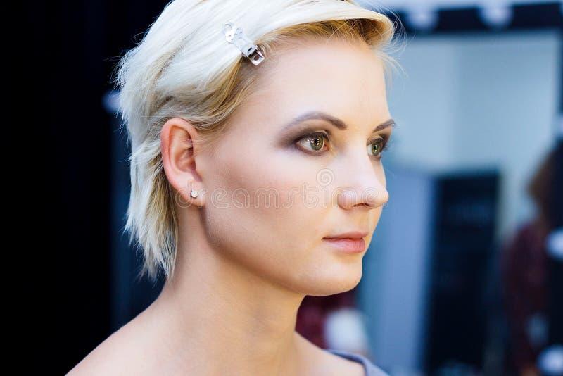 Retrato de uma menina caucasiano bonita fotografia de stock